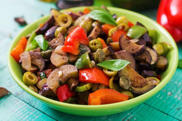 Салат с жареными баклажанами и перцем