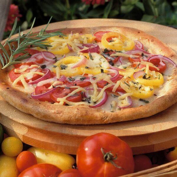 Летняя пицца с овощами и колбасой