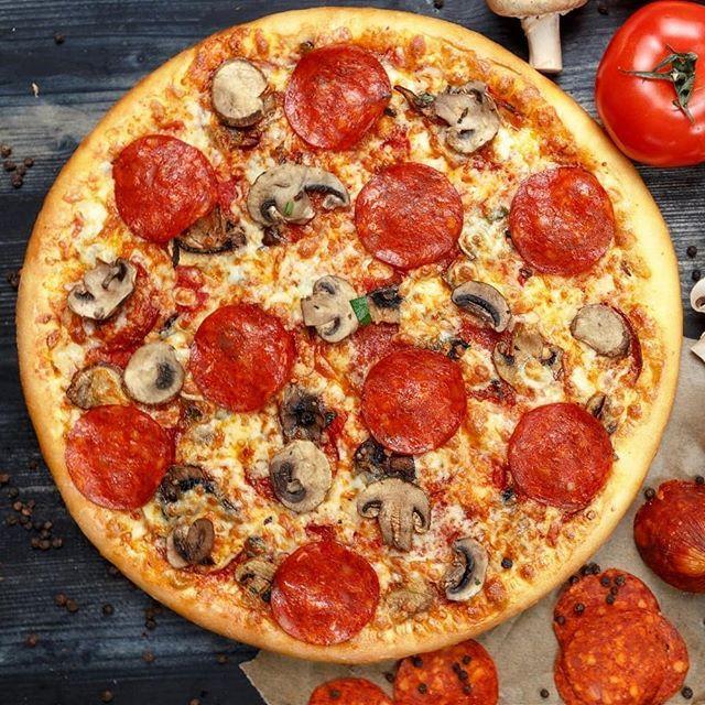 Пицца с колбасой и маринованным луком